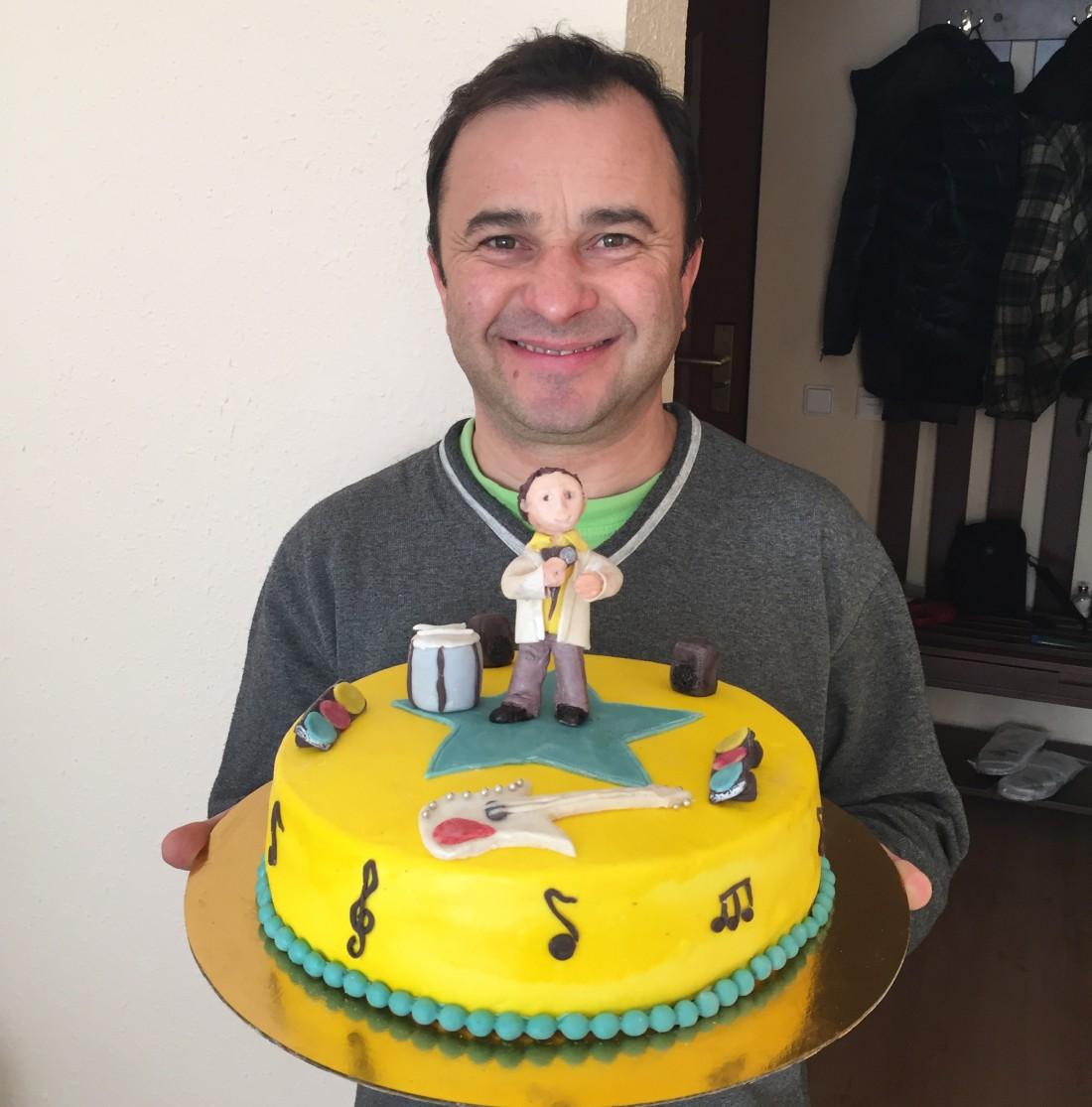 Именинник Виктор Павлик с тортом