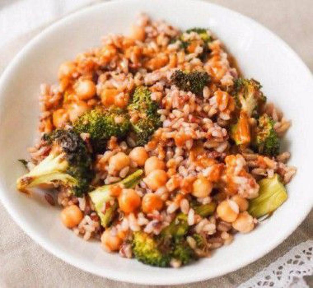 Мечта гурмана: салат из брокколи с нутом и диким рисом