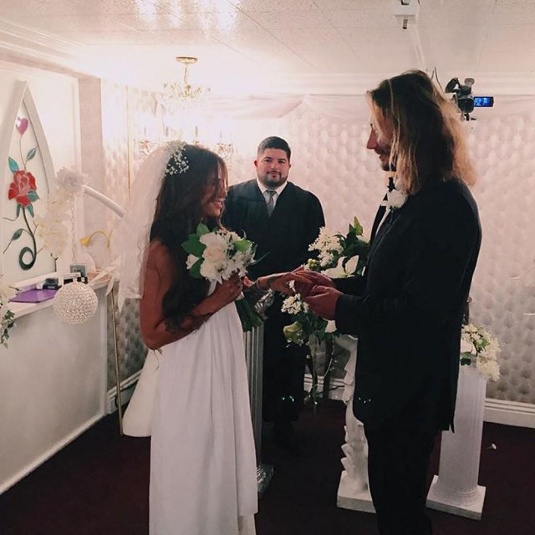 Айза Долматова вышла замуж