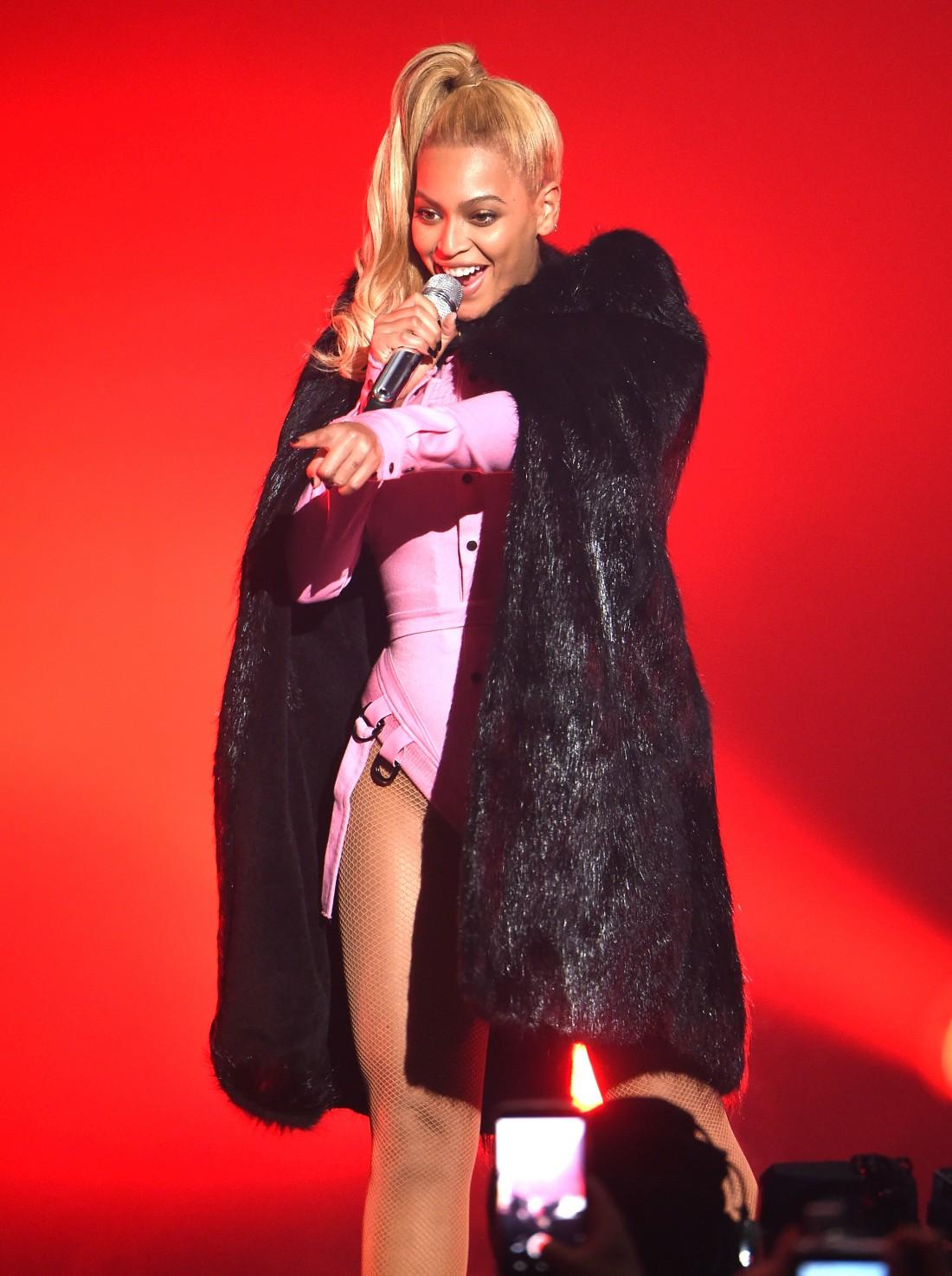 Американская певица во время своего выступления