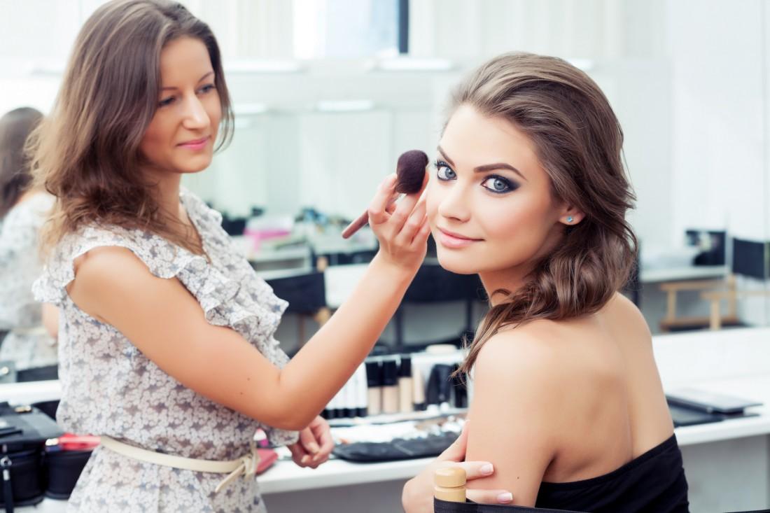Визажисты рекомендуют особое внимание уделять макияжу глаз