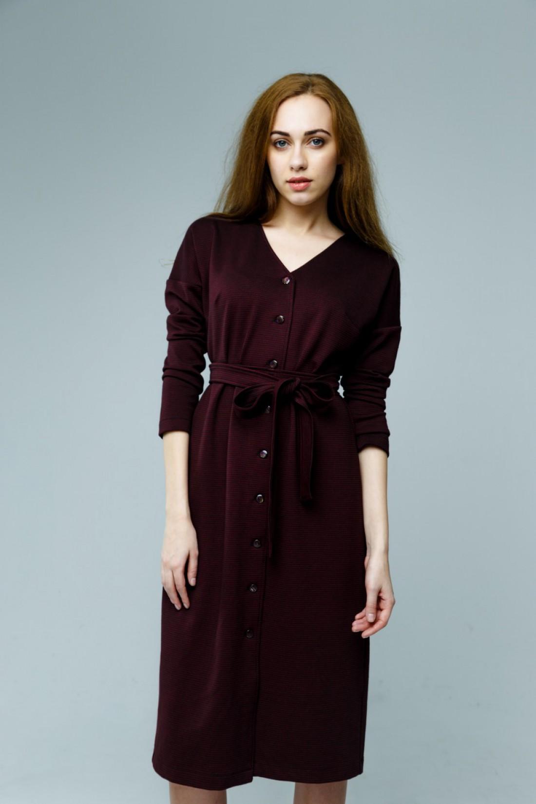Бордовое платье на пуговицах