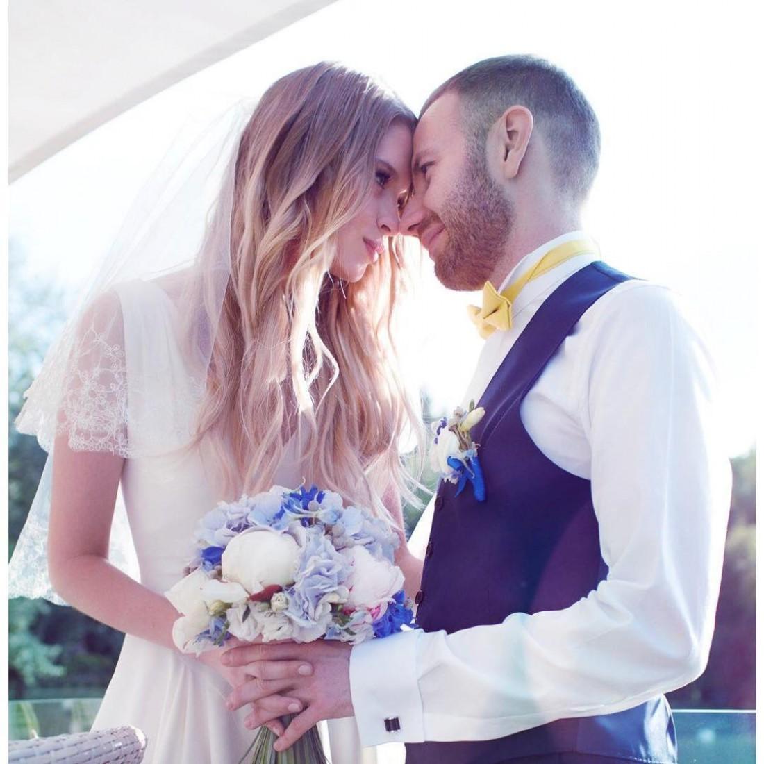 Семья празднует годовщину свадьбы