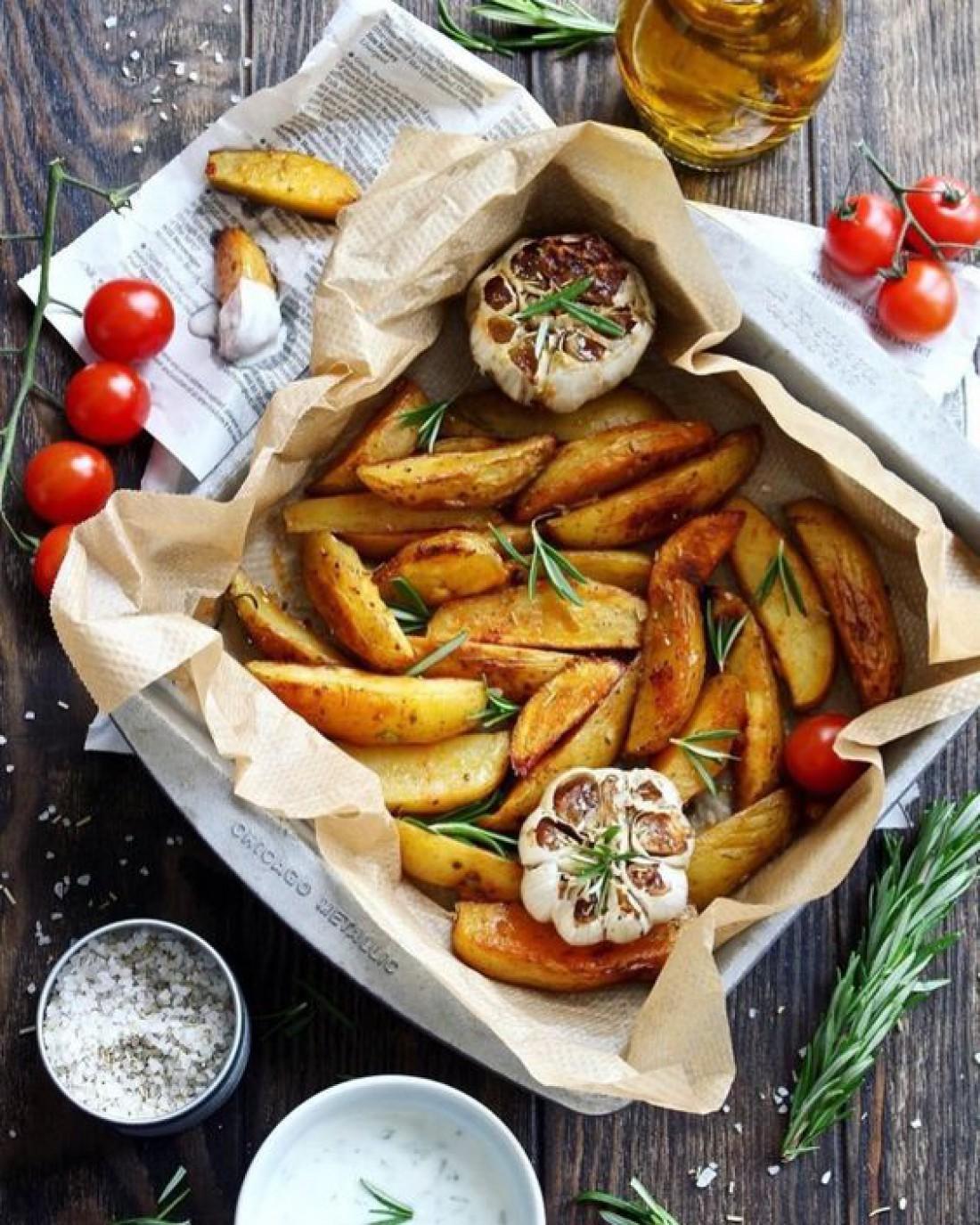 Запеченный картофель в духовке: 3 небанальных рецепта