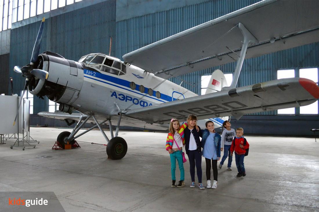 Экскурсия по авиационному ангару