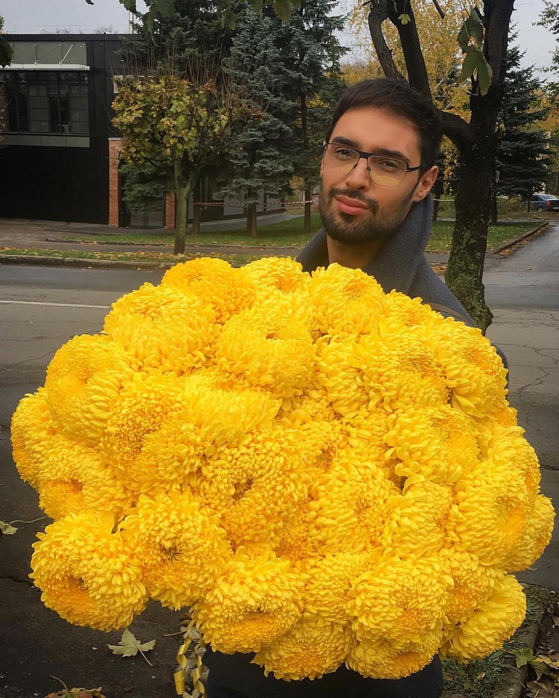 Виталий с цветами