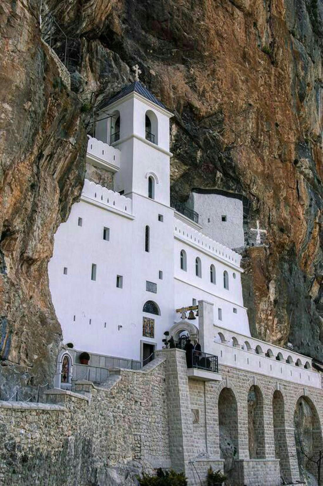 Высеченный в скале монастырь Острог
