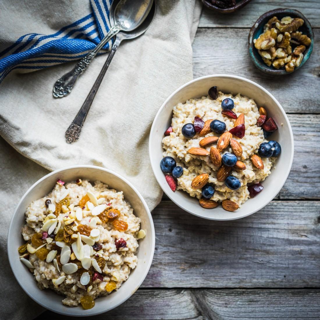 Овсянка с ягодами и орехами – лучший завтрак для ребенка