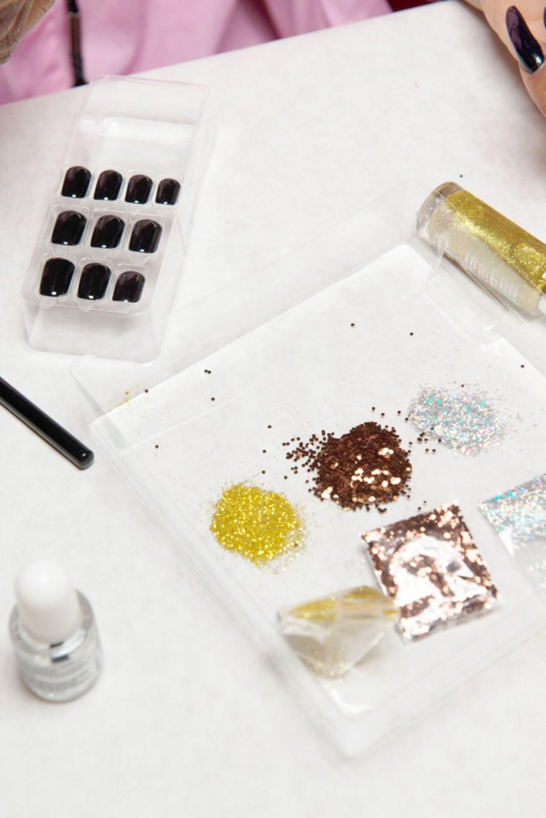 Блестящая мозаика – новый тренд в маникюре