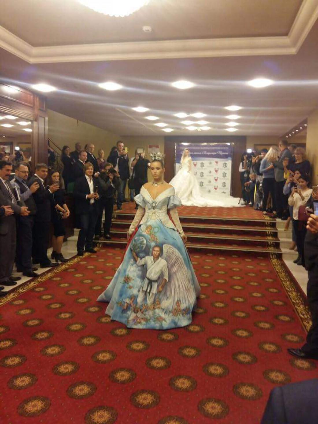 Девушка в платье с изображением Владимиром Путиным