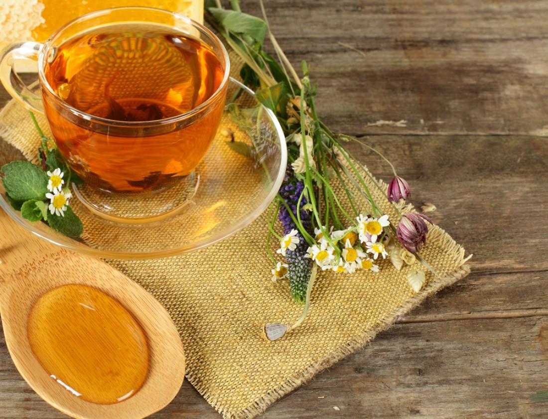 Ромашковый чай поможет при тяжести в желудке