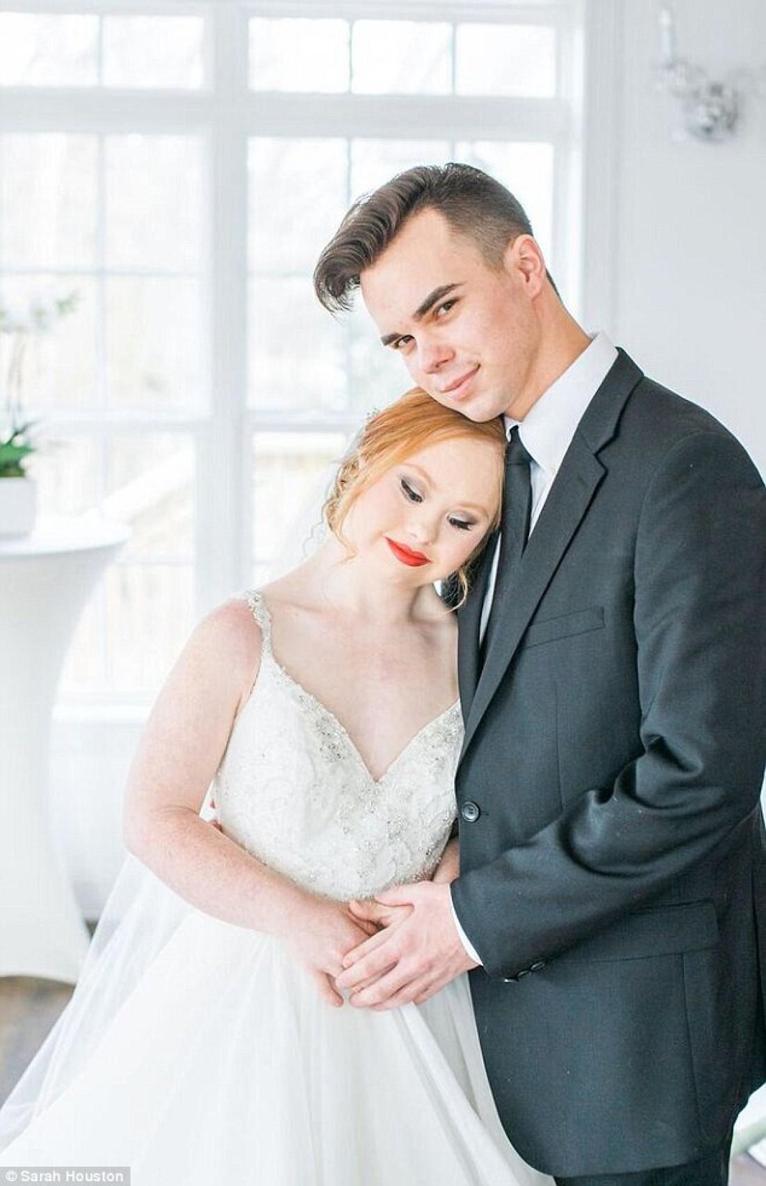 Модель с синдромом Дауна Маделин Стюарт в свадебной фотосессии
