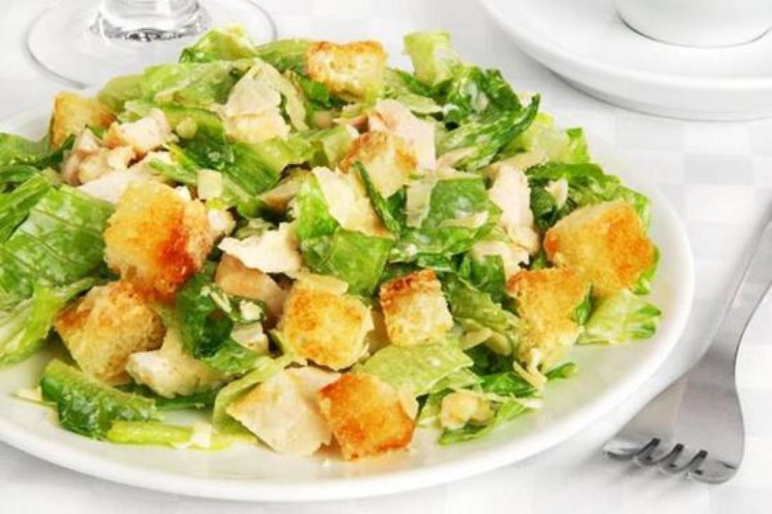 Вкусный салат для романтического ужина - Куриный салат с домашними гренками