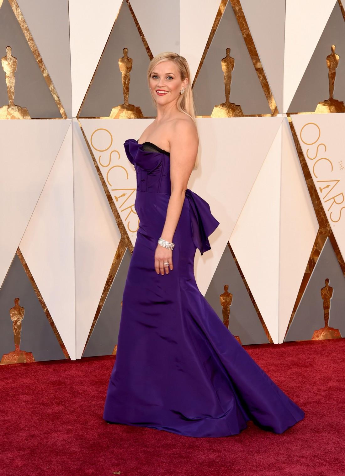 Риз Уизерспун прошлась по красной дорожке Оскара 2016 в ярком фиолетовом платье