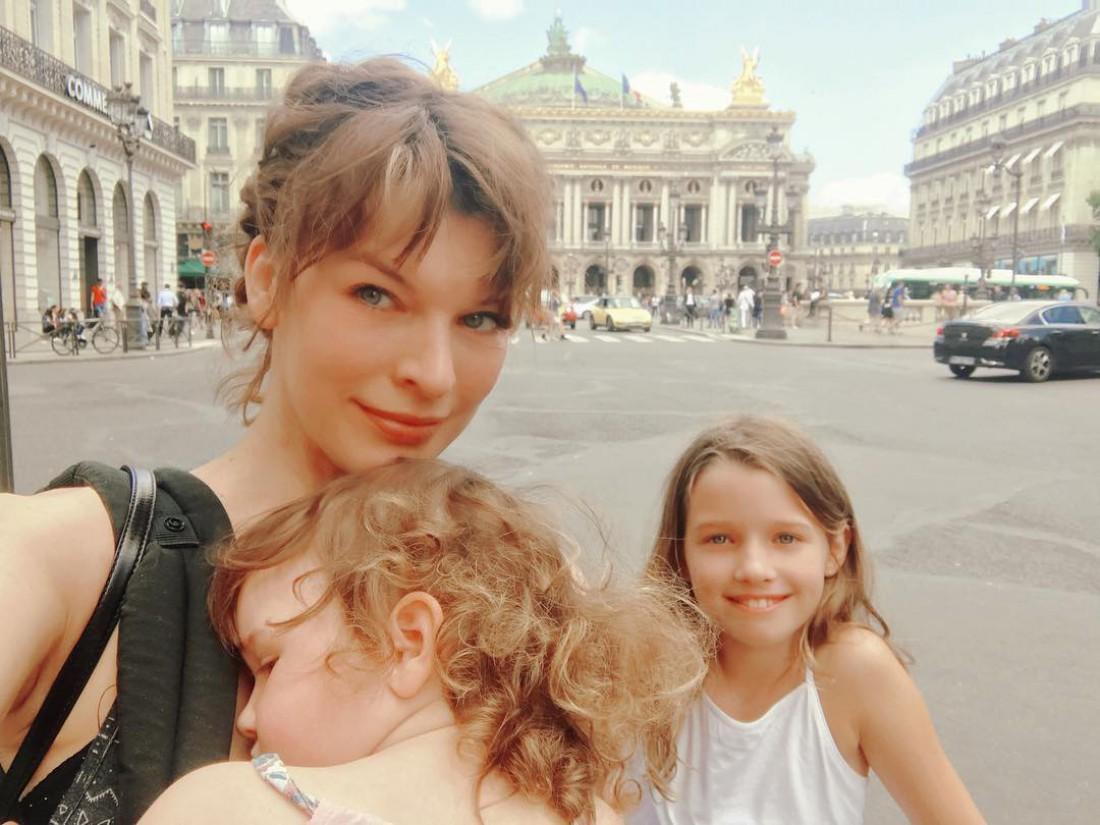 Милла Йовович с дочерьми