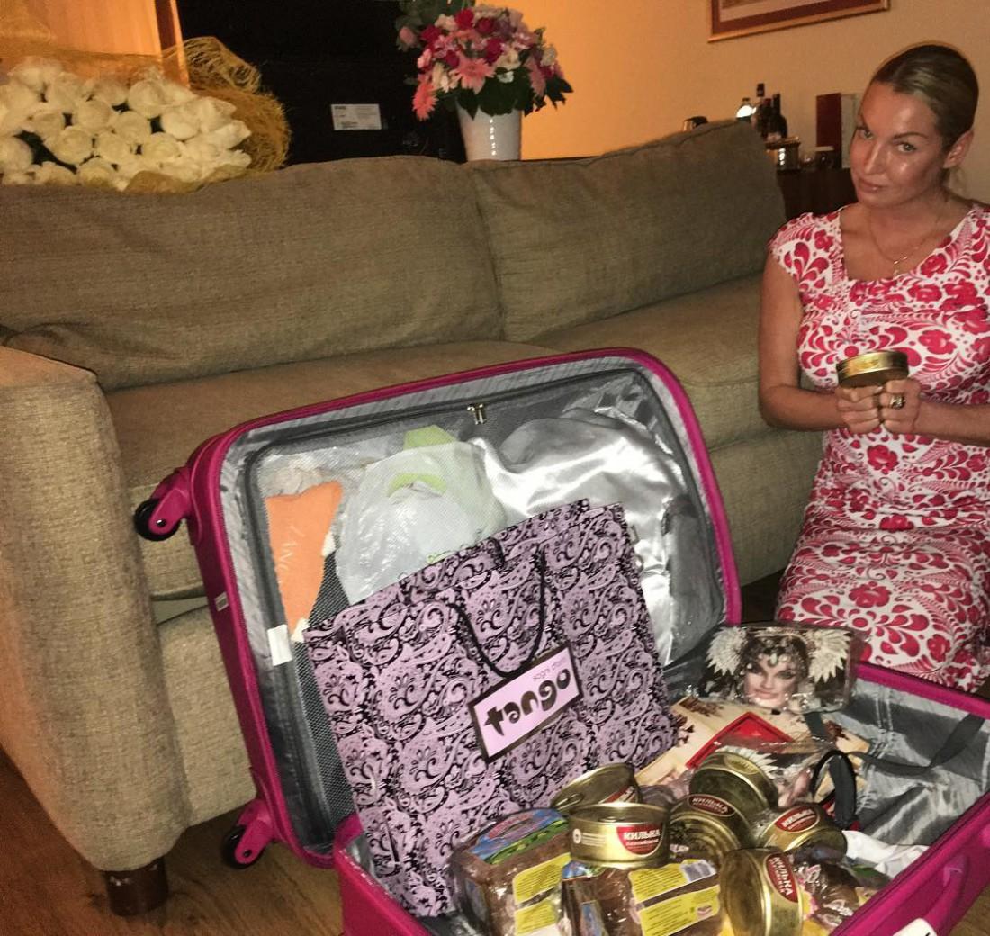 Волочкова показывает содержимое своего чемодана