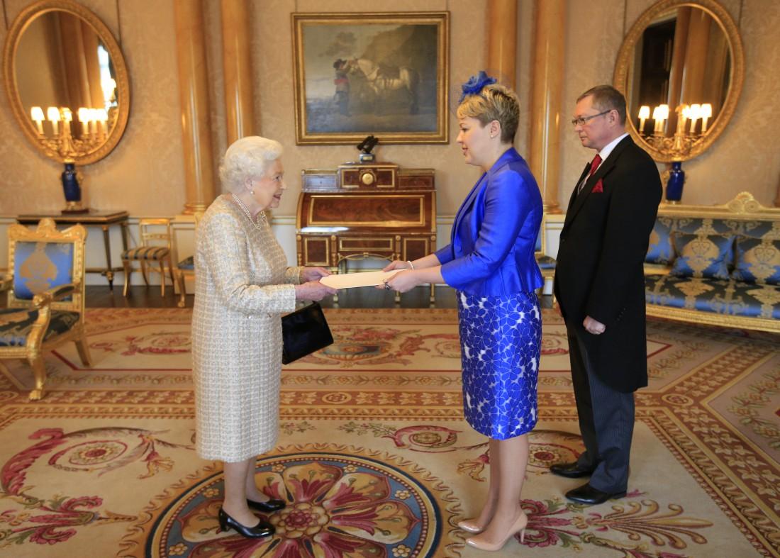 Королева Великобритании Елизавета ІІ и Посол Украины в Великобритании Наталия Галибаренко