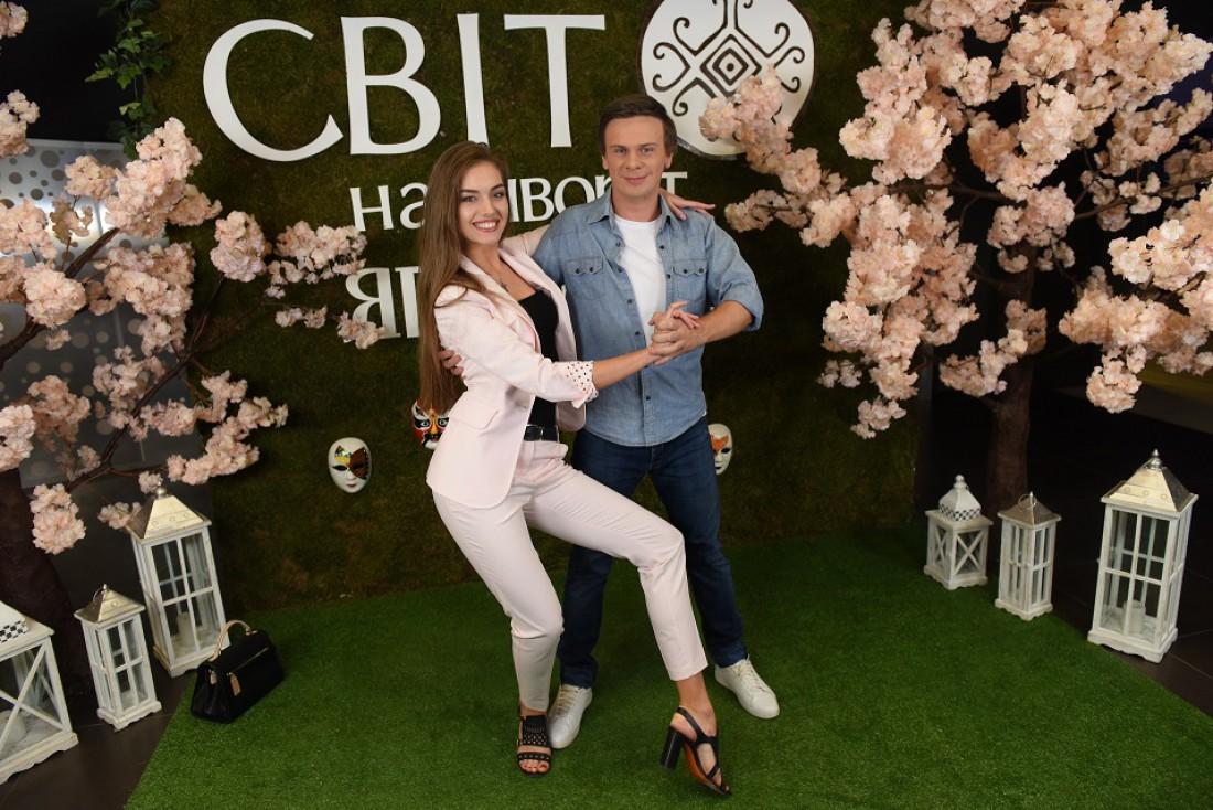 Поддержать Комарова на презентации пришла Александра Кучеренко – его партнерша по танцам