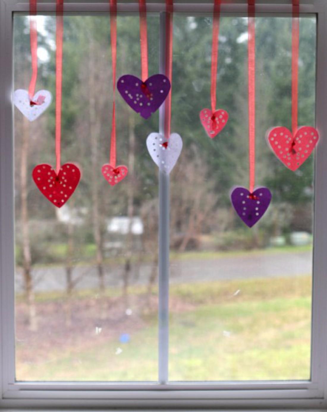 Сердечки на окне