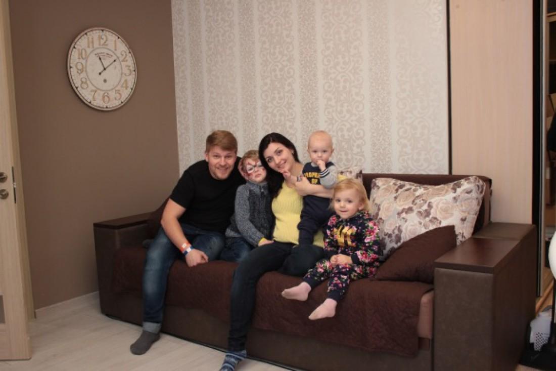 Антон Копытин с семьей в квартире, которую ему подарила Тина Кароль