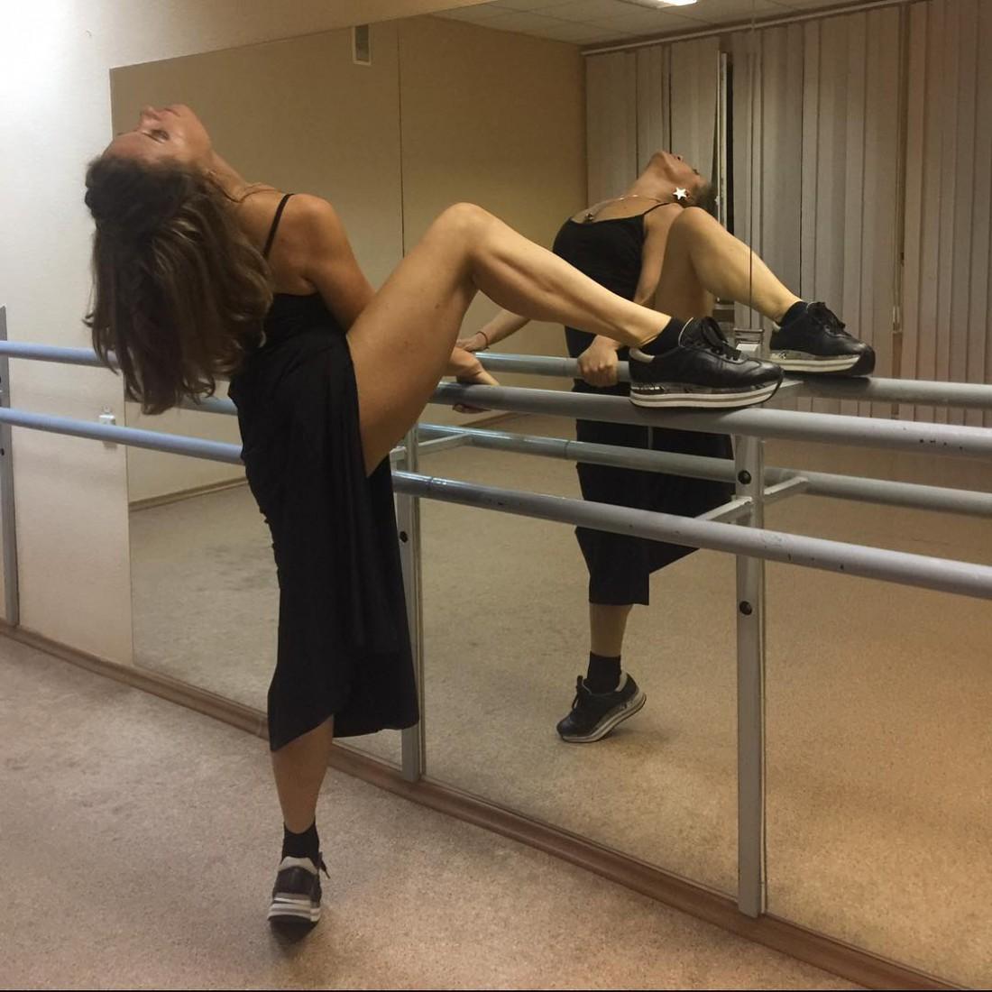 Могилевская тренируется в танцевальном зале