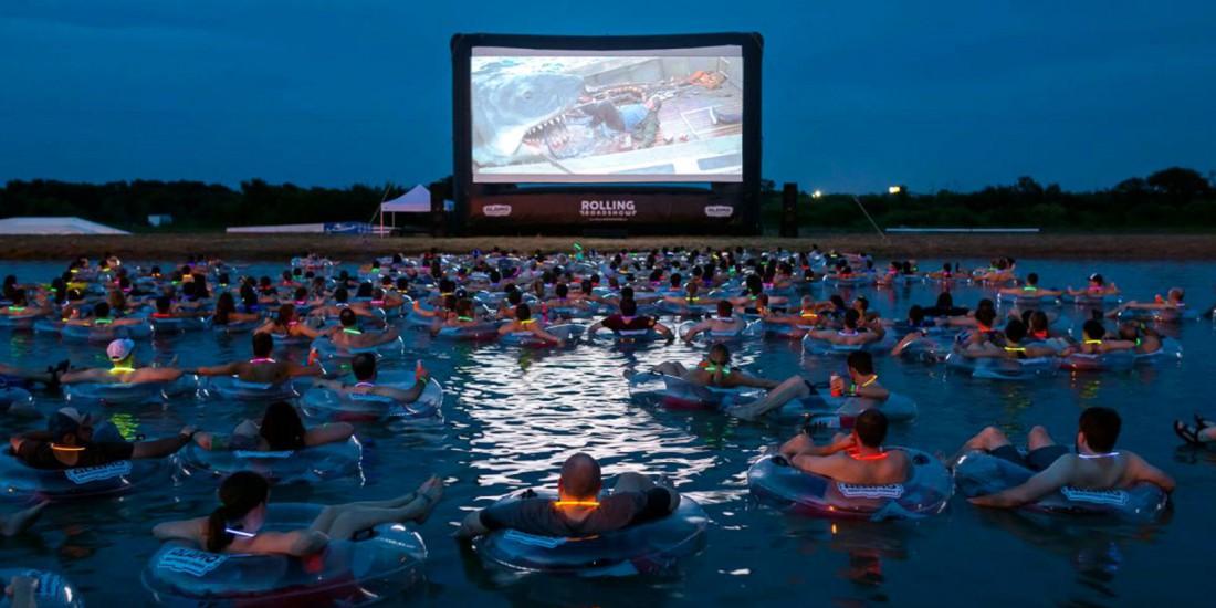 В США открыли кинотеатр на воде