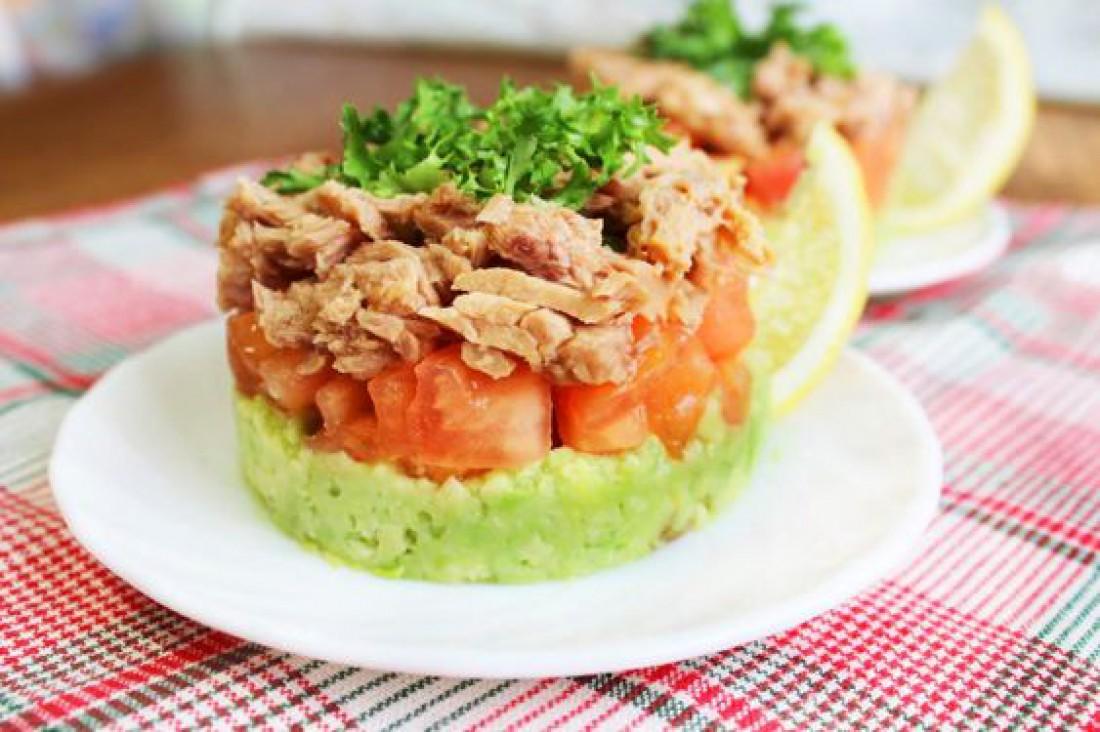 Салаты на Пасху: Нежный салат из авокадо с тунцом