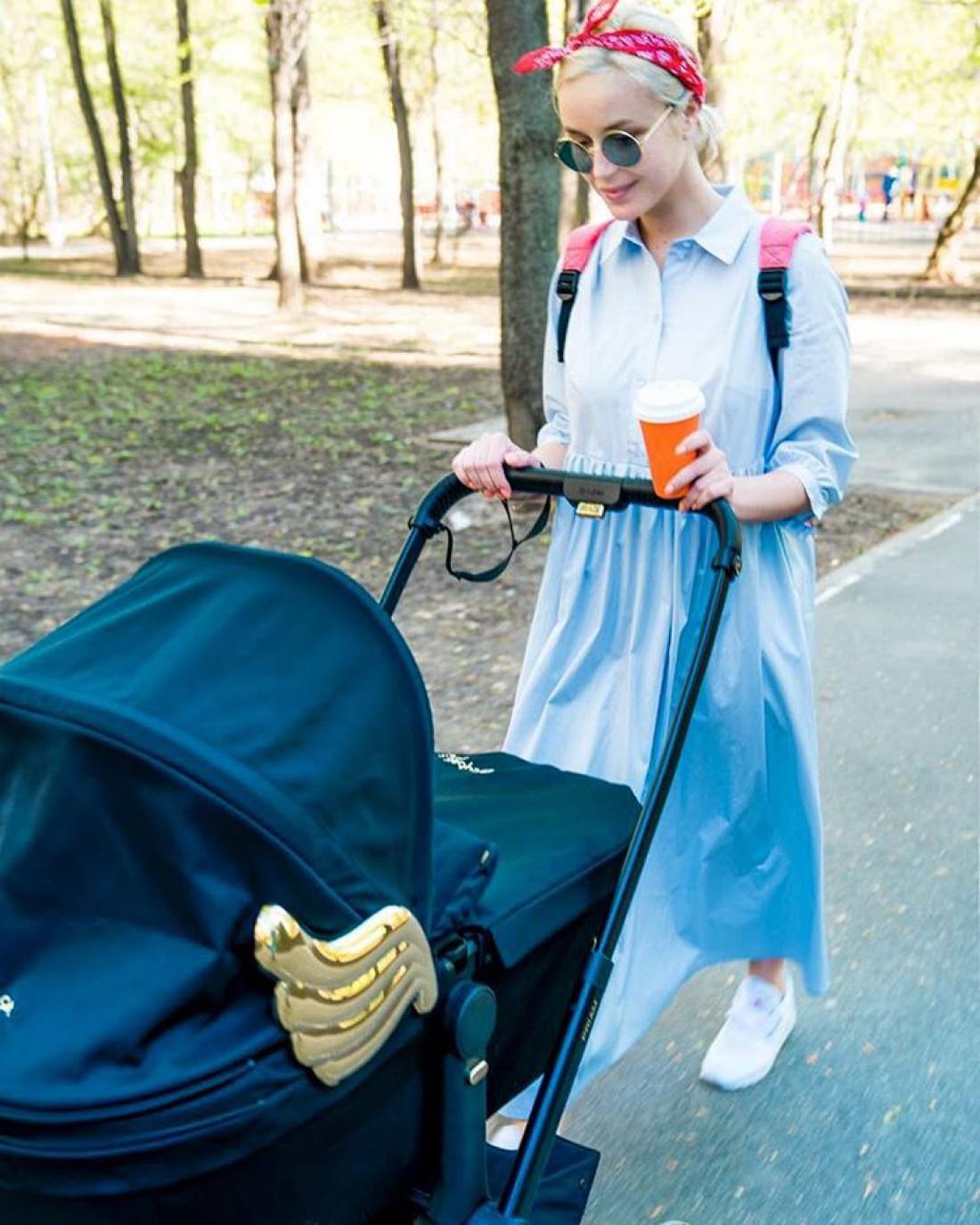 Полина Гагарина гуляет с дочкой
