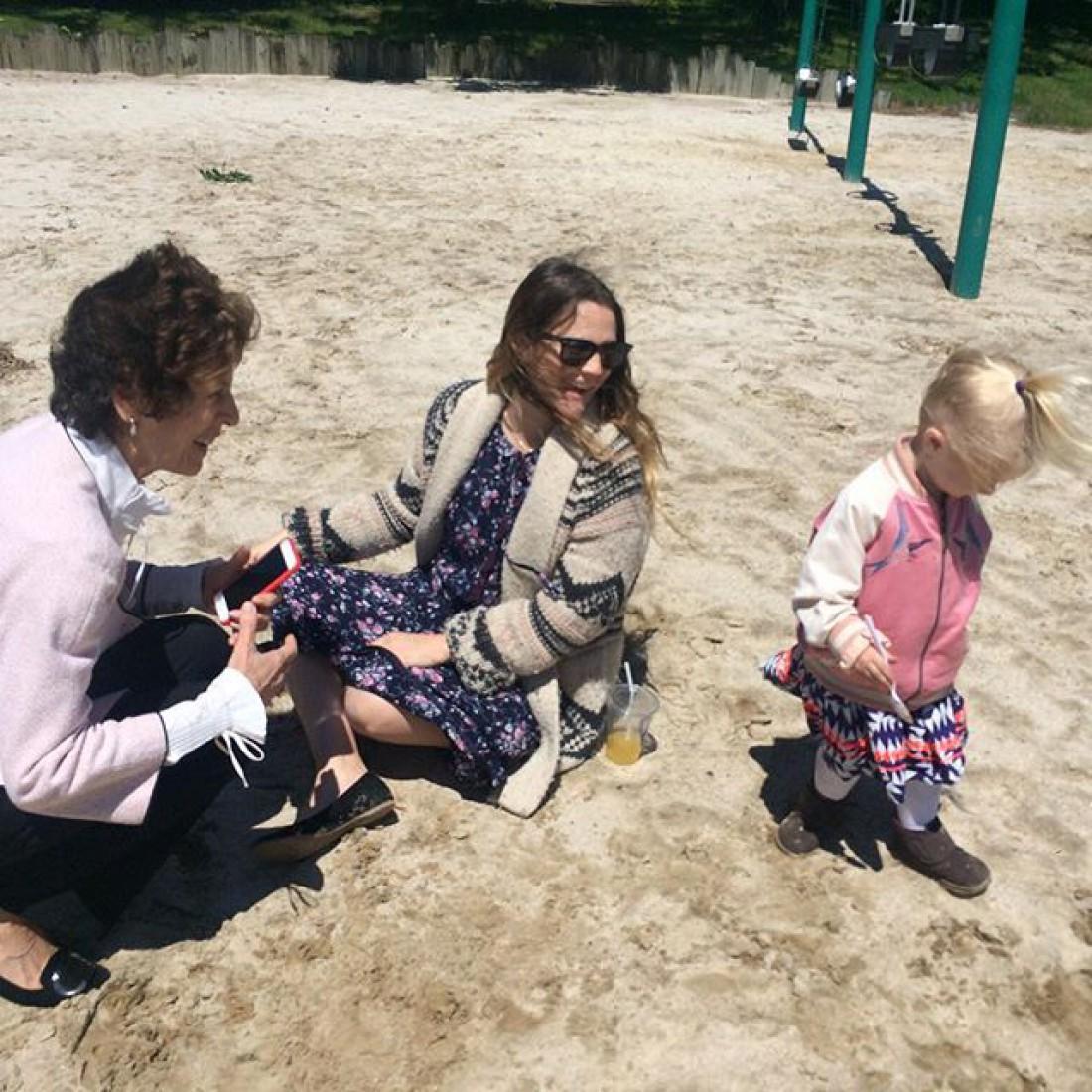Актриса с дочкой и мамой экс-мужа