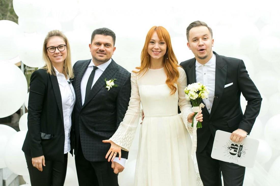 Сватлана Тарабарова , ее муж Алексей (второй слева), Артем Гагарин (справа)