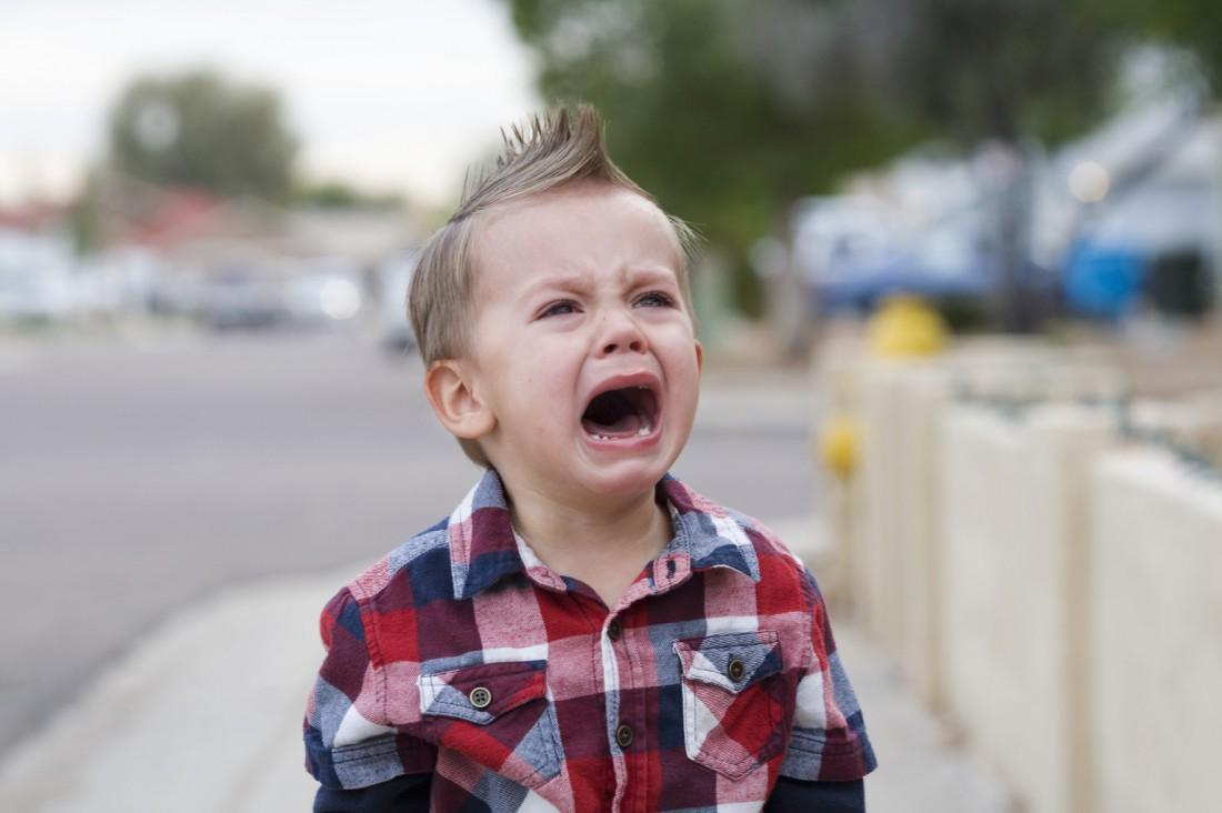 Мать выгнала своего 3-летнего сына из дома из-за желания спать