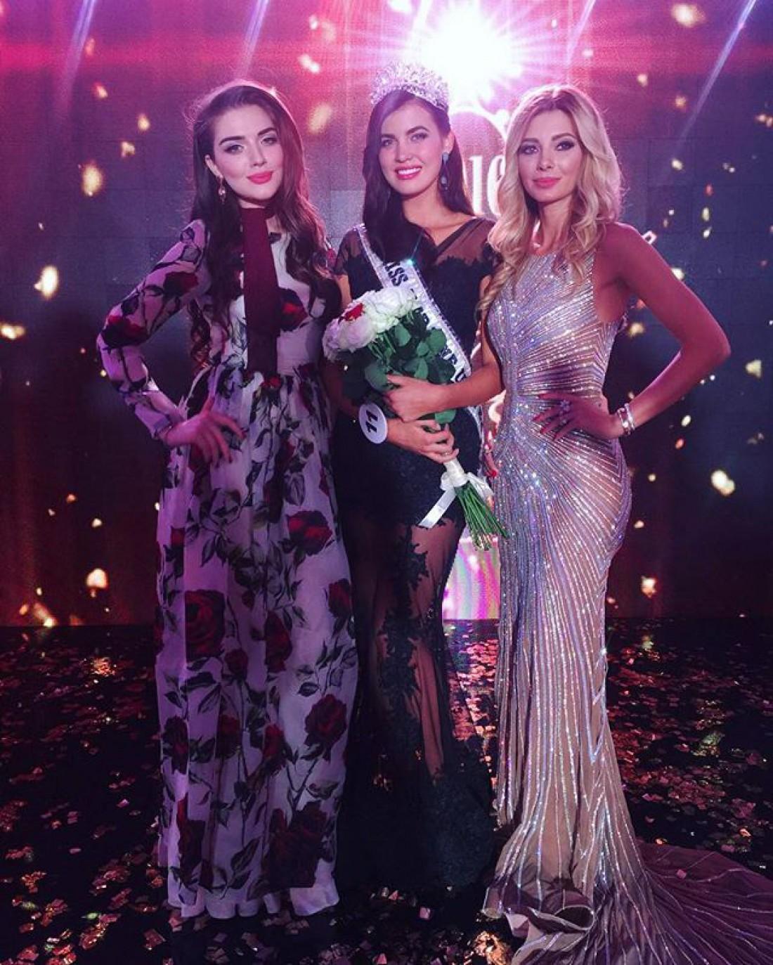 Победительница Мисс Украина Вселенная 2016 <u>победительницей</u> (в центре)