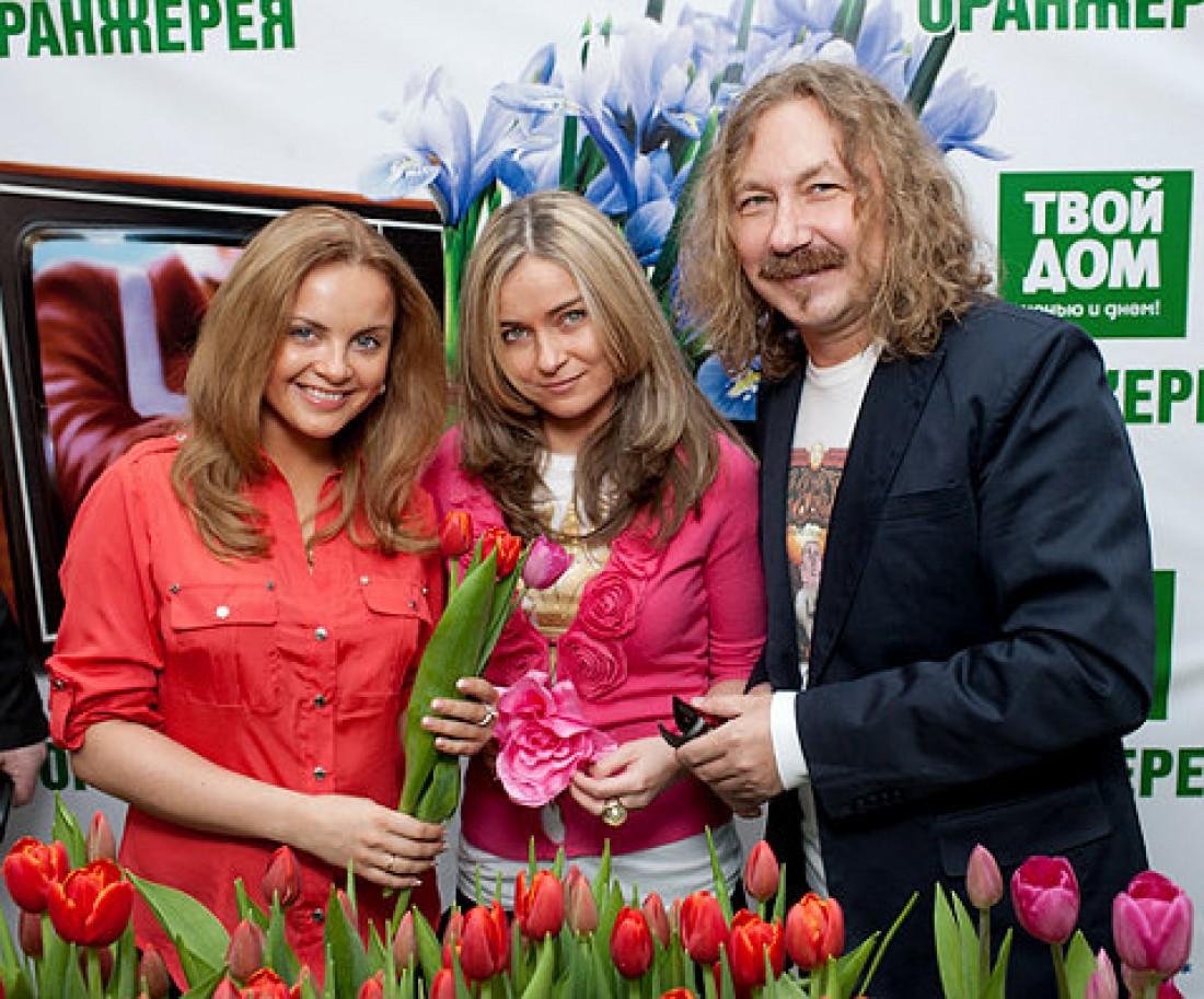 Игорь Николаев с дочерью Юлей (посередине) и женой Юлей Проскуряковой (слева)