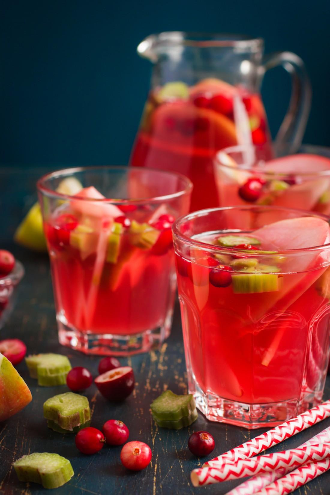 Алкогольный пунш с яблоками, клюквой и ревенем