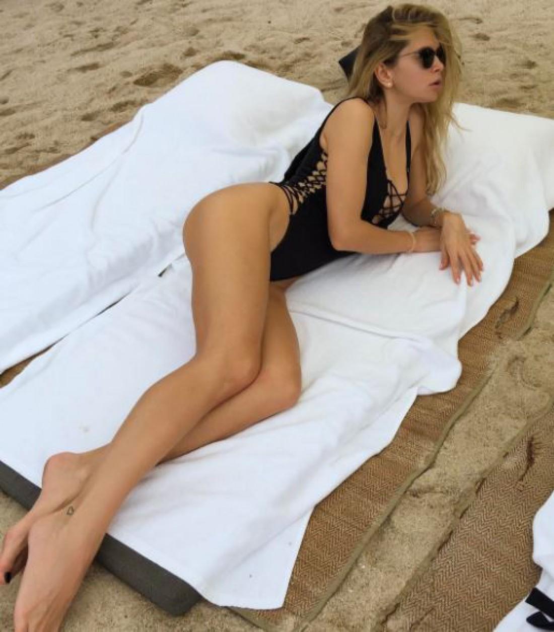 Вера Брежнева на пляже