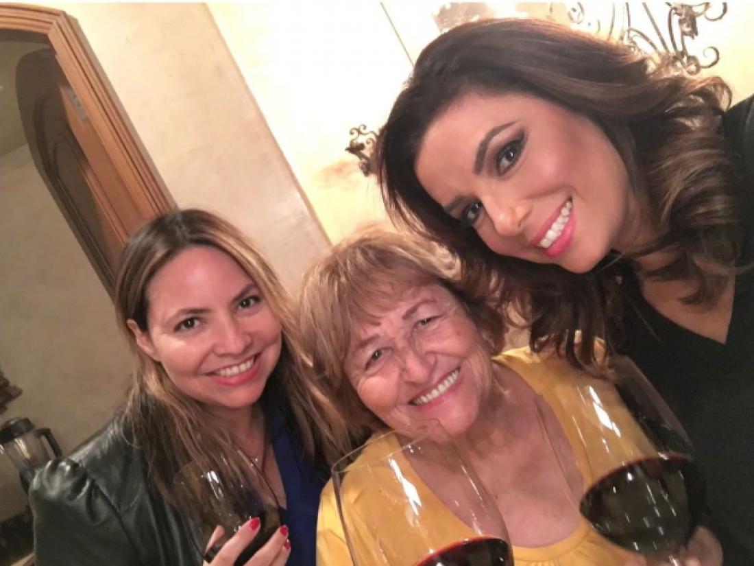 Ева Лонгория с мамой и сестрой (слева)