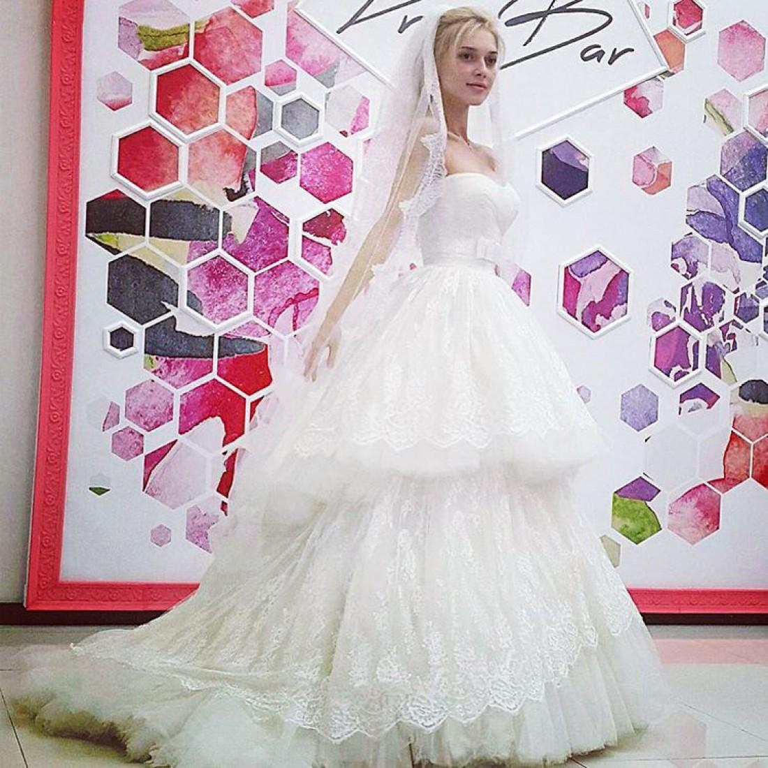 Эрика в свадебном платье