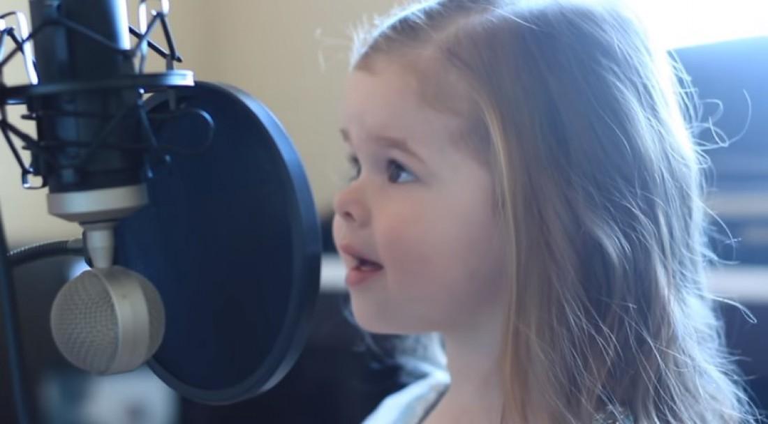 Трехлетняя девочка стала знаменитой благодаря песне Русалочки