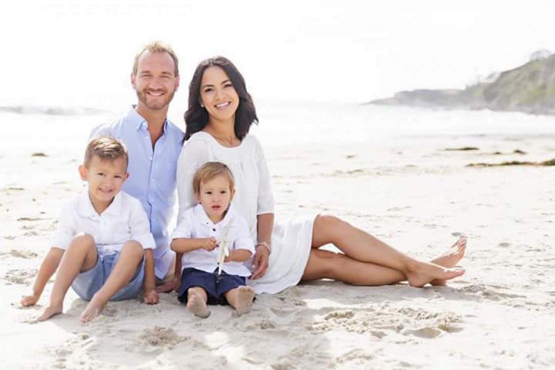 Ник Вуйчич с женой и детьми