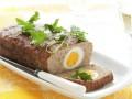 Пасхальный рецепт: Мясной рулет, фаршированный отварными яйцами