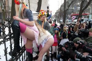 Движени FEMEN пытается захватить посольство Италии, девушки против Берлускони