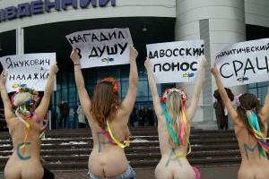 А это протест Януковичу, который нагадил актисткам FEMEN в душу своими новыми законами