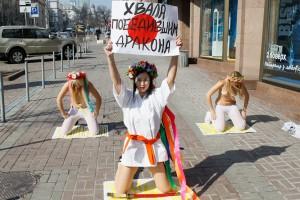 Так движение FEMEN поддерживало Японию, правда, японцы об этом так и не узнали