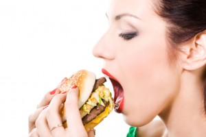 Если ты злоупотребляешь фаст-фудом, запивая его ледяными напитками, лишний вес тебе гарантирован