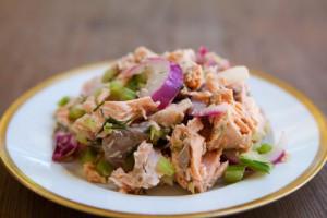 Салат из лосося с красным луком