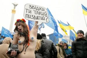 Активистки FEMEN выражают свое восхищение Виктором Януковичем