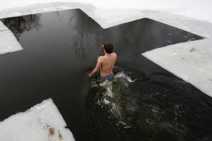В ледяной воде не стоит проводить дольше 5-10 секунд, отмечают медики