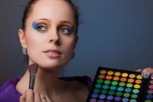 Для современной девушки макия превращается в фобию, несмотря на то, что косметика вредит здоровью