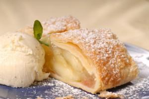 Подавай яблочный штрудель с шариком ванильного мороженого
