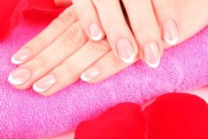 После процедуры наращивания собственные ногти очень страдают